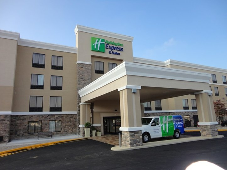 Hotel with Parking Facility Holiday Inn Express West, IN 46224